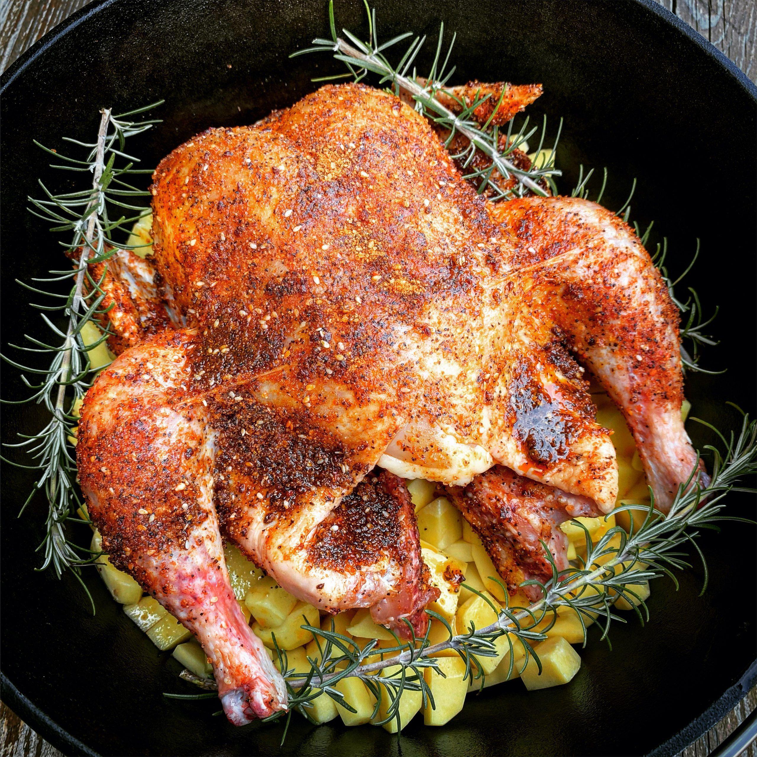 Ganzes Hähnchen mit Knoblauch-Kartoffeln und Rosmarin aus dem Dutch Oven